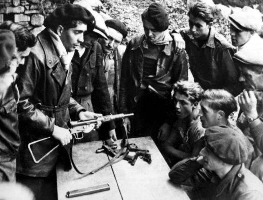 démonstration pistolet mitrailleur Sten : Maquis de Haute-Loire. Brossolet. Maquis de l'A.S. Loire - SHD, Vincennes, fonds du comité d'histoire de la Seconde Guerre mondiale (SHD/DE, 2007 ZC 18/1)